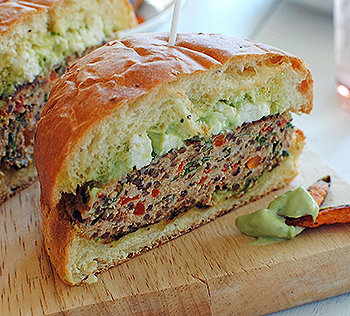 Um suculento hambúrguer de quinoa com tomate!