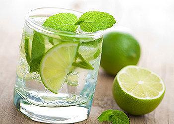 A água com limão ajuda você a perder peso, sentir menos fome, entre outros benefícios