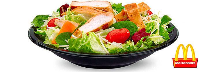 A salada Caesar Salad McDonald's com frango grelhado contém 890 mg de sódio