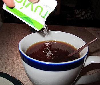 O aspartame contém cerca de 4 calorias por grama