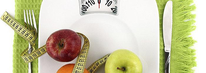A Dieta DASH enfatiza o consumo de frutas, legumes, grãos integrais, laticínios com baixo teor de gordura, aves, peixes e nozes