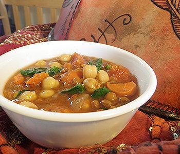 Delicioso ensopado de inverno com grão de bico e legumes