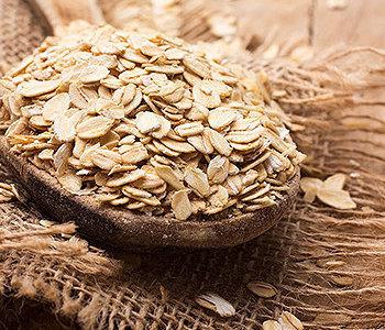A aveia é feita a partir de farinha de aveia moída ou laminados
