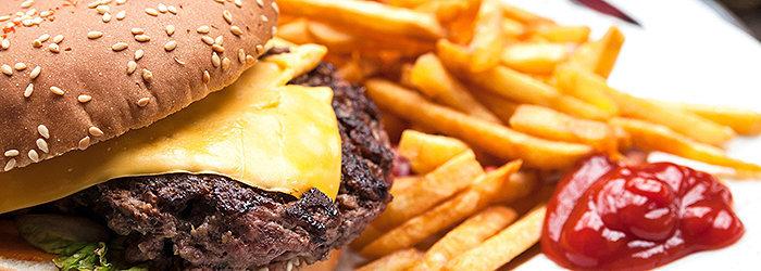 As gorduras trans estão presentes na maioria dos alimentos processados, como os fastfoods e as batatas fritas