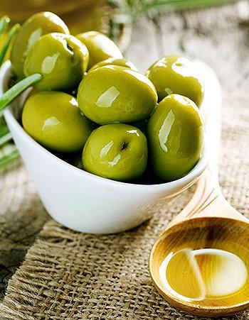 75% da gordura contida nas azeitonas são ácido oleico, uma gordura monoinsaturada que tem sido utilizada para reduzir os níveis de colesterol no sangue.