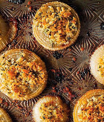 Cebolas tostadas com migalhas de pão e ervas