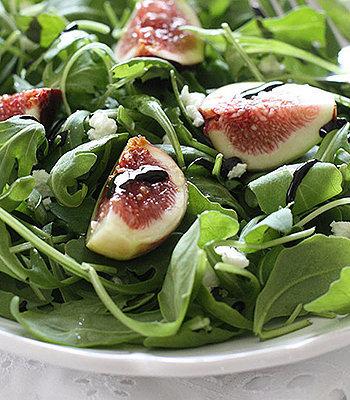 Salada de rúcula com figos e presunto crú