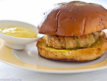 Um delicioso hambúrguer caseiro de peixe