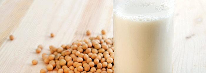 O leite de soja reduz o risco de colesterol, previne o câncer e a obesidade.