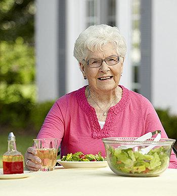 Os idosos que levam um estilo de vida sedentário e abusam do sal nas refeições, possuem risco que vai além das doenças cardíacas.