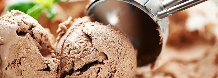 O sorvete possui altos níveis de açúcar e gorduras trans, além de corantes e aromatizantes artificiais.