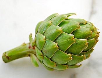 A alcachofra tem um baixo valor calórico e ajuda no processo da digestão.