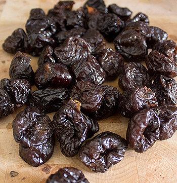 A dica é comer ameixa seca três vezes ao dia, consumindo a fruta inteira para garantir que se está comendo todas as fibras.