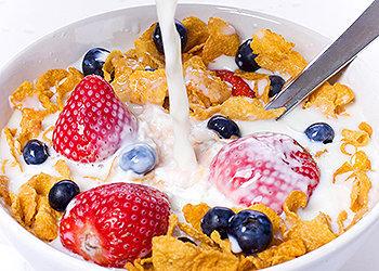"""O café da manhã repõe a energia e os nutrientes """"gastos"""" pelo organismo durante o sono."""