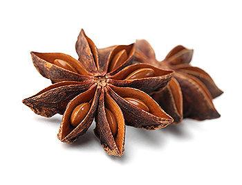 O anis estrelado é inconfundível devido ao seu fruto que se assemelha a uma estrela.