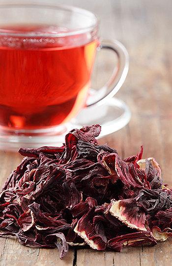 O chá de hibisco vem conquistando muitos adeptos devido às suas propriedades, benefícios e poderes emagrecedores.
