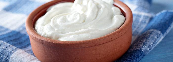 A lactose, que é o açúcar do leite, é transformada em ácido lático no iogurte.