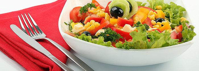 Salada de folhas e sardinha com folhas verdes