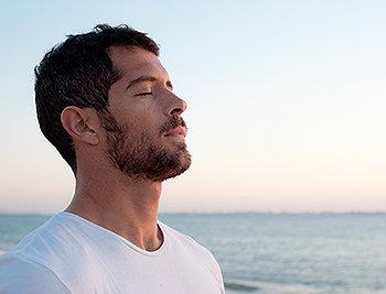 Separar uns minutinhos para prestar atenção na respiração pode ser a receita ideal para combater os desgastes mentais e físicos.